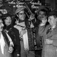 Paris, septembre 1952. La troupe des comédiens de Jésus la Caille, avec (de gauche à droite) : Léon LARIVE, Lila KEDROVA, Jo KRASKER, Charles MOULIN, Francis CARCO. (Photo X, D.R.)