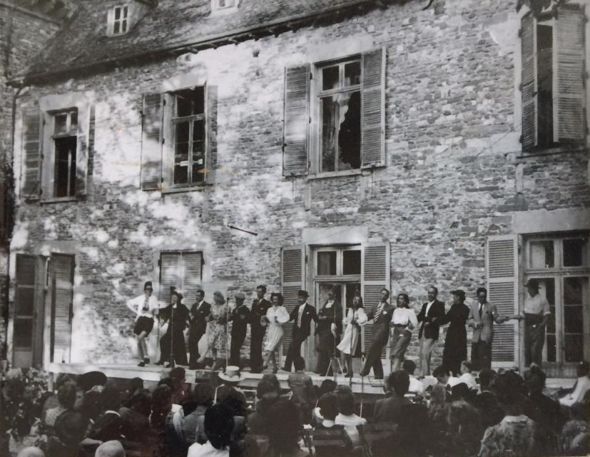 Troupe complète Sur les marches du Chateau Fête 31 aout 1947 -